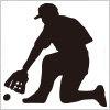野球の守備でボールを補給するシルエットイラスト