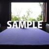 光差し込む紫色の食卓