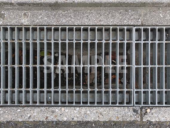 道路の端にある排水口