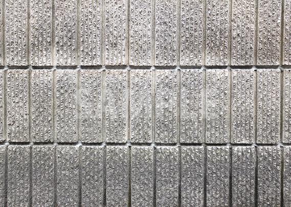 縦長の石のブロック塀
