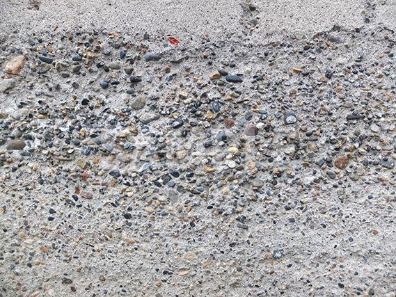 小石がむき出しになってしまった壁