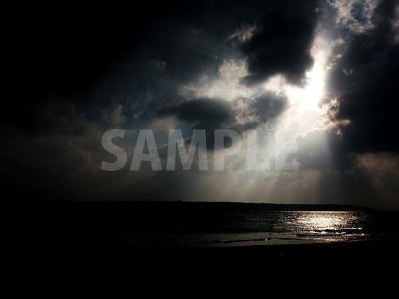雲の隙間から溢れる光線