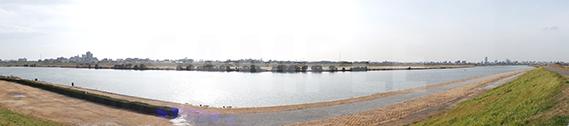 河原の土手から撮ったパノラマ写真