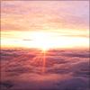 機内から撮った、日が沈む寸前の空の無料配布写真です