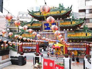 横浜中華街の華やかな門と提灯