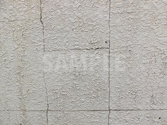 ひび割れて汚れた壁