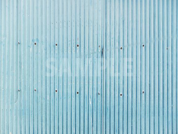 色あせた水色のトタンの壁