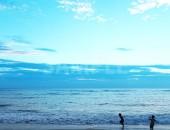 浜辺を走り回る子どもたち