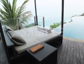 バリのリゾートホテルのプールサイドベッド