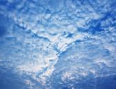雲に覆われた青い空