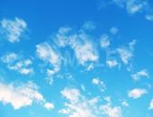 まばらに雲が散らばる青い空