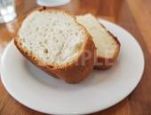 お皿にのったフランスパン