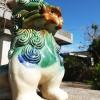 沖縄の家の玄関に飾られたシーサー