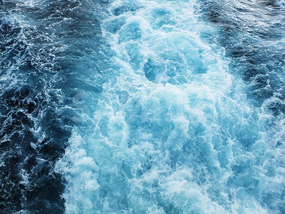 船が出す水しぶき