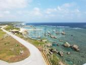 東平安名岬の灯台から見下ろす海