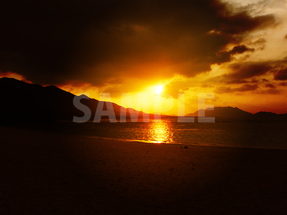 海に夕日が沈むサンセットの写真