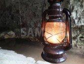 洞窟内で明かりを照らすランプ