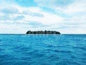 青い海に浮かぶ島