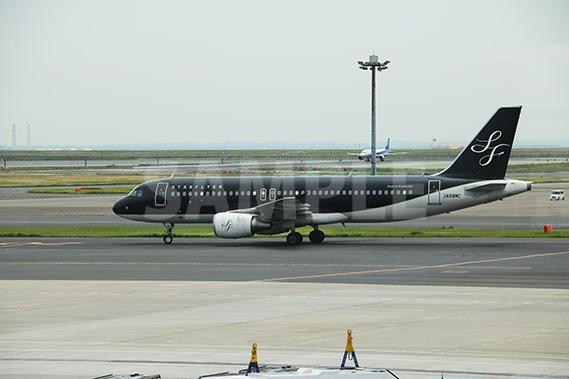 スターフライヤーの黒い飛行機