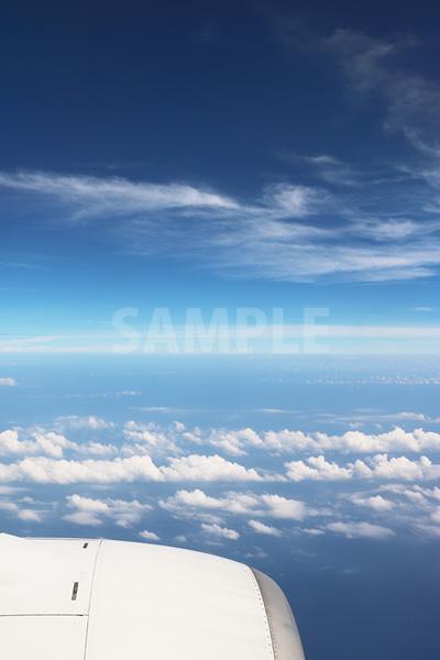 旅客機のエンジンと空と雲