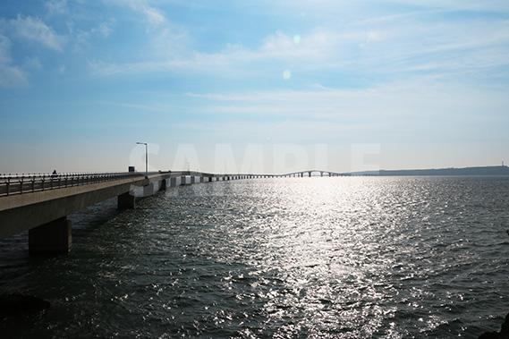西日が落ちかかる伊良部大橋