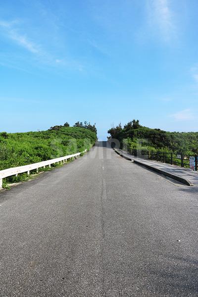 下地島の道路と青い空