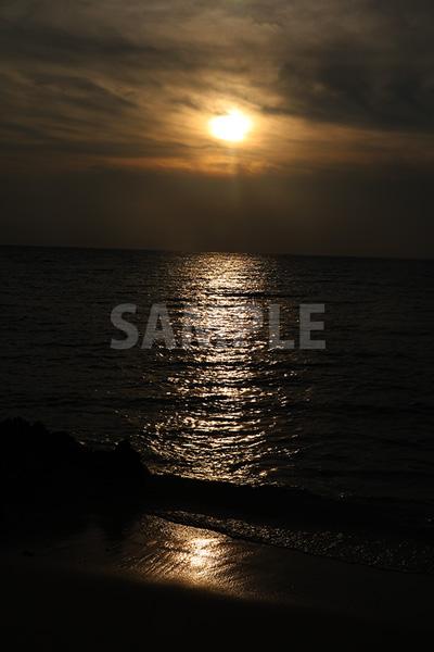 浜辺の海に沈む夕日