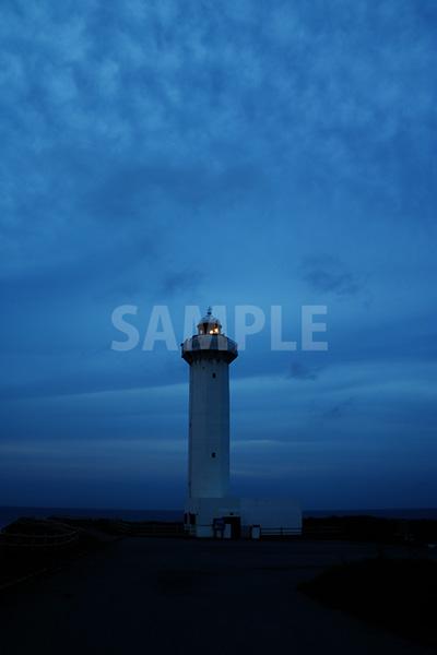 日の入前の少し不気味な東平安名岬の灯台