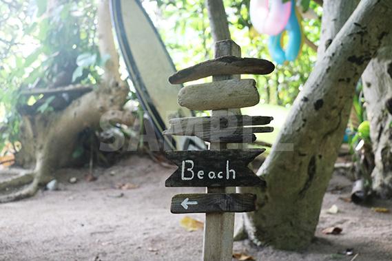 新城海岸のビーチへ誘導する木製サイン