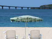 ビーチパラソルとビーチベッド