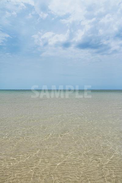 沖縄の透き通る海と青い空
