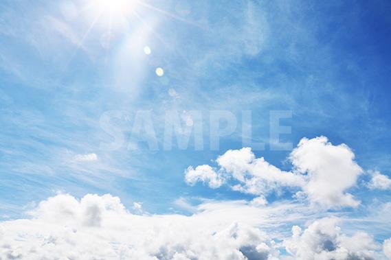 降り注ぐ太陽と青い空と雲
