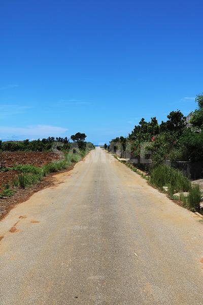 来間島の田舎道と青い空