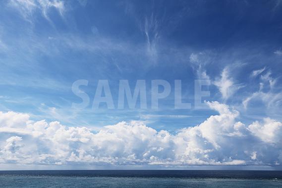 海の上に浮かぶ大きな雲と青空