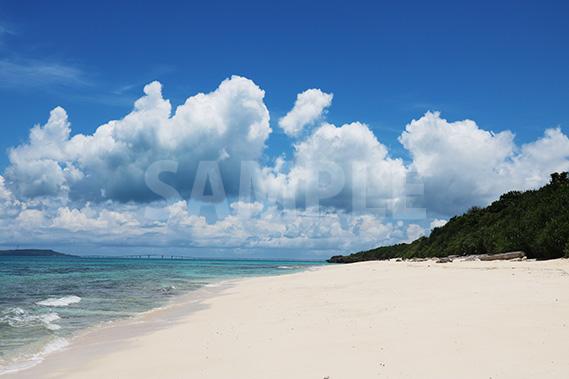 長間浜ビーチの青い海と大きな雲と青い空