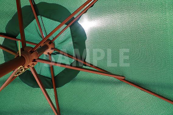 緑色の日除けパラソルを見上げた写真