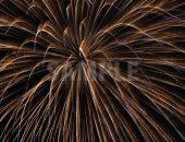 放物線を描いて広がる花火