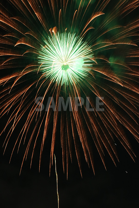 緑・オレンジ色の打ち上げ花火