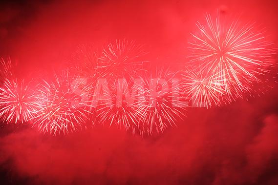 あたり一面を真っ赤に染める打ち上げ花火
