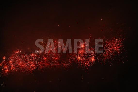 無数に飛び散る赤い光(花火)