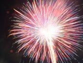 ピンク色に炸裂する打ち上げ花火