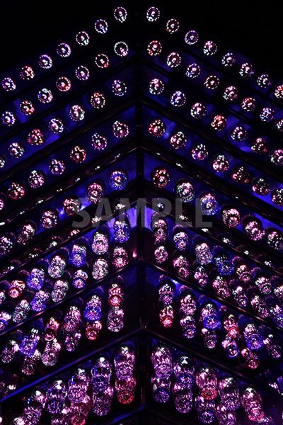 綺麗に並べられた江戸切子グラスの写真