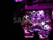 ライトアップされた江戸切子グラスの写真