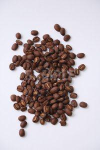 無造作に散らばるコーヒー豆を上から撮った写真