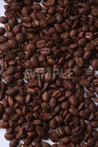 目一杯に散らばるコーヒー豆を上から撮った写真