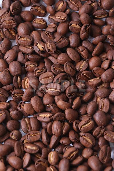 敷き詰められたコーヒー豆を上から撮った写真