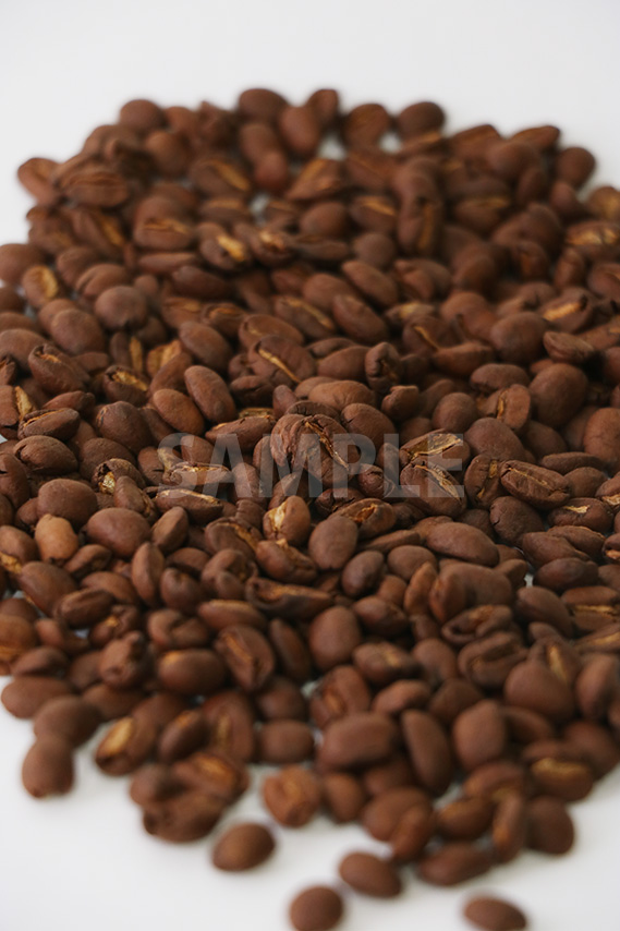 中央にピンのある少し暗めのコーヒー豆の写真