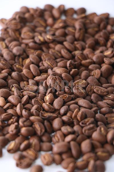 中央にピンのある明るめのコーヒー豆の写真