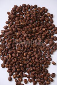 たくさん散らばるコーヒー豆を上から撮った写真