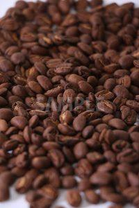 中央にピンのある敷き詰められたコーヒー豆の写真